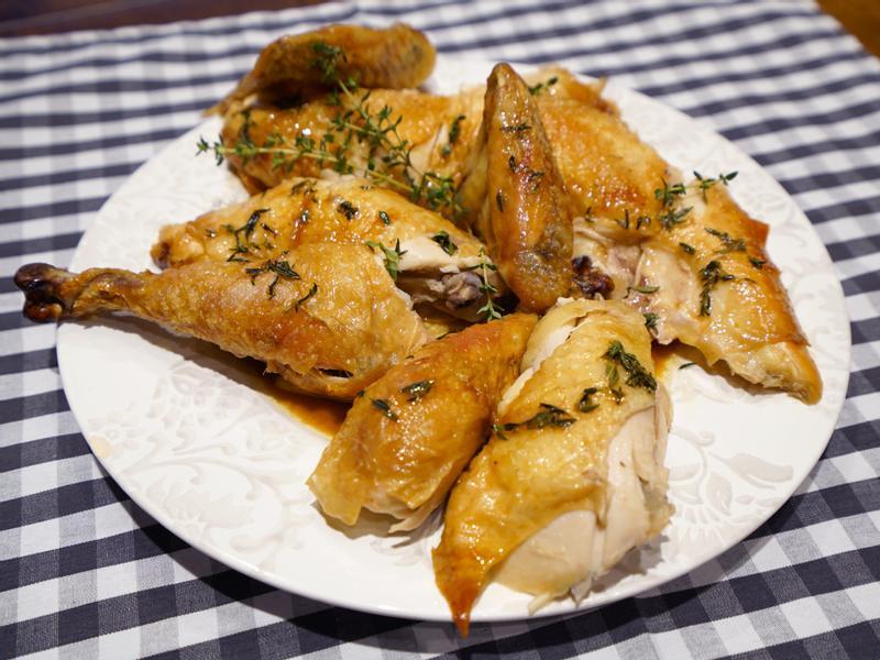 烤全雞佐奶油百里香醬汁。法國來的薩索雞
