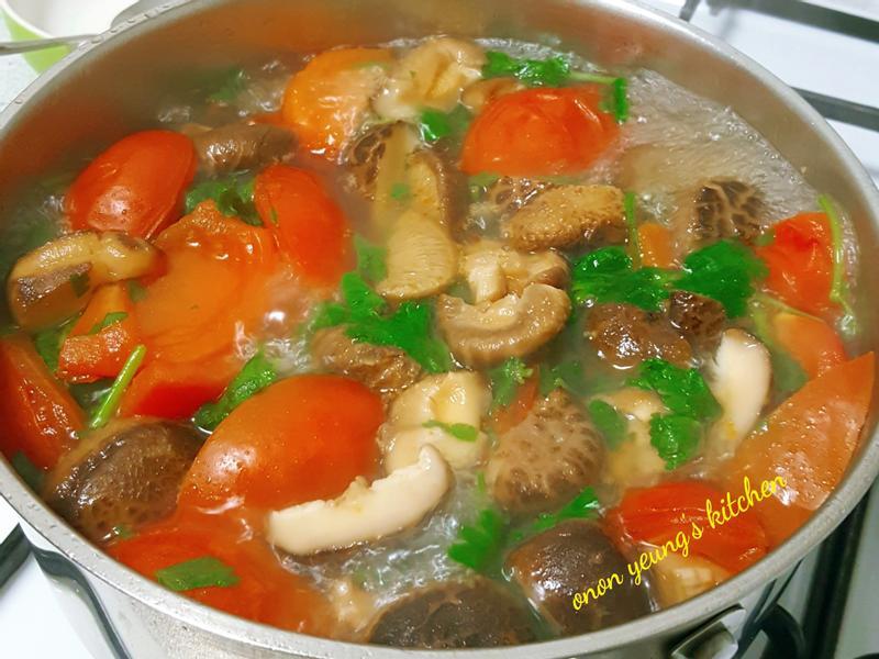 蕃茄香菜火鍋湯底 冬天清爽不膩。家常火鍋