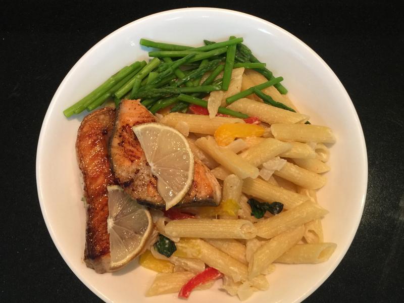 嫩煎鮭魚彩椒白醬斜管麵