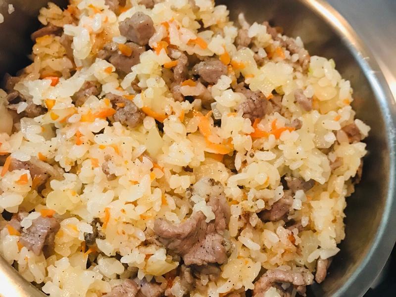 鹹豬肉洋蔥紅蘿蔔炒飯