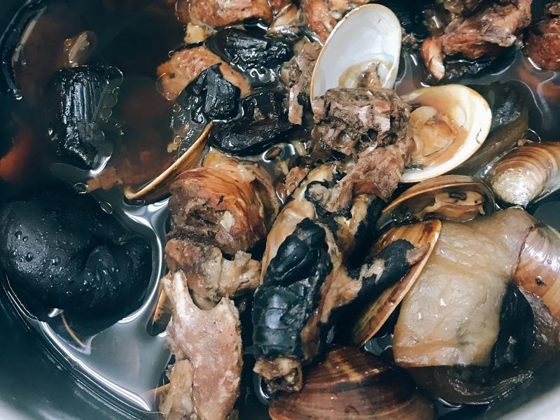 黑蒜頭蛤蠣香菇雞湯(大同電鍋)