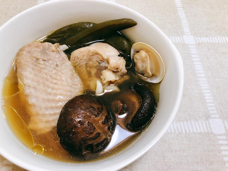 輕鬆煲湯《剝皮辣椒海陸雞湯》