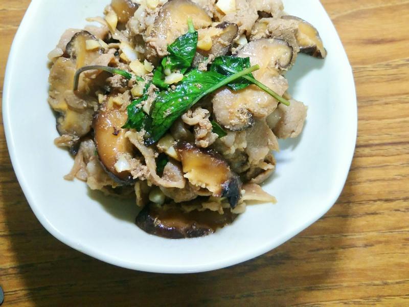 香菇炒豬肉片佐九層塔