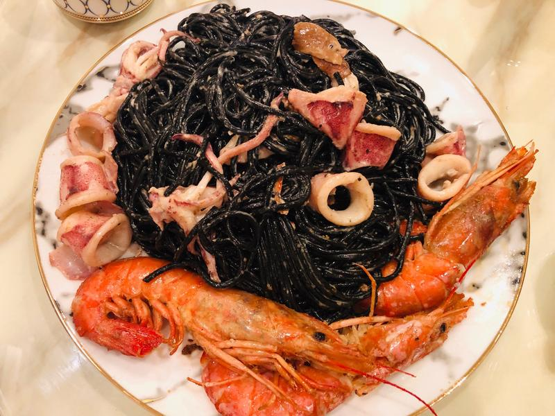 牛肝菌奶油海鮮墨魚麵