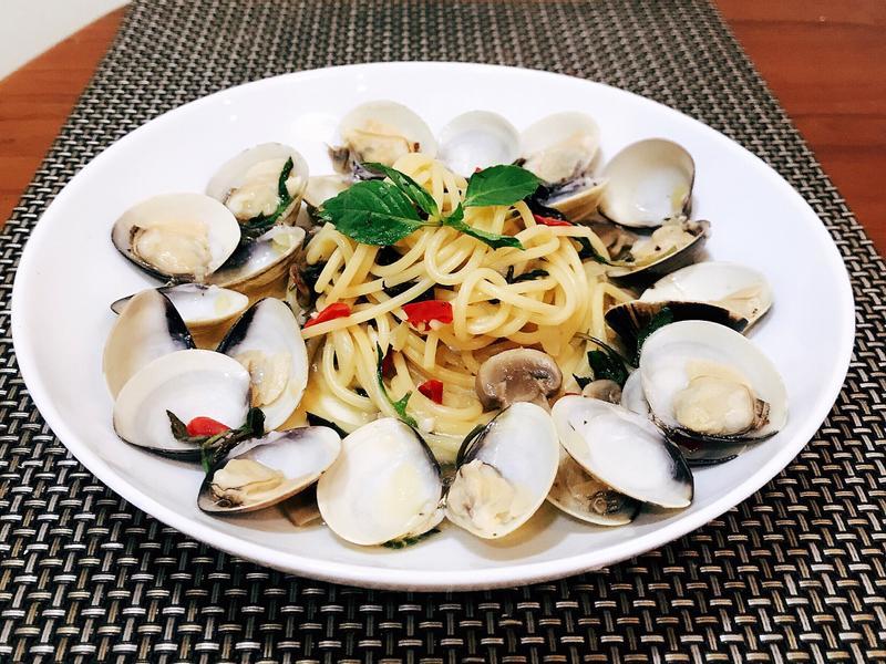 塔香清炒蛤蜊義大利麵