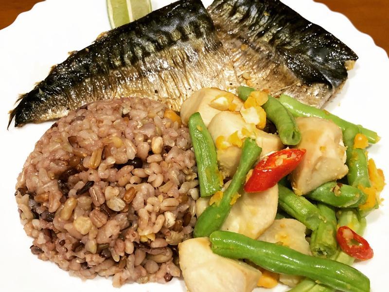高蛋白「香煎鯖魚拌鴨蛋四季杏鮑菇」530