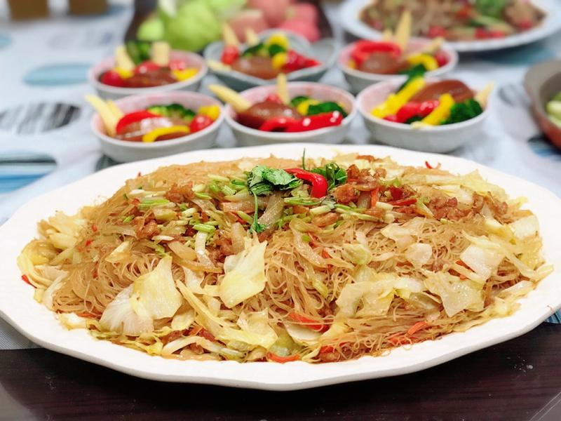 洋蔥炒米粉拌高麗菜