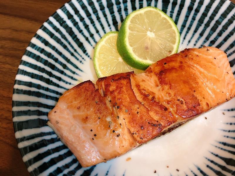 乾煎檸香奶油鮭魚排 (第一次煎也能成功)