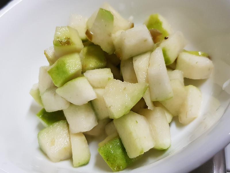 涼拌開胃菜:剝皮辣椒漬芭樂