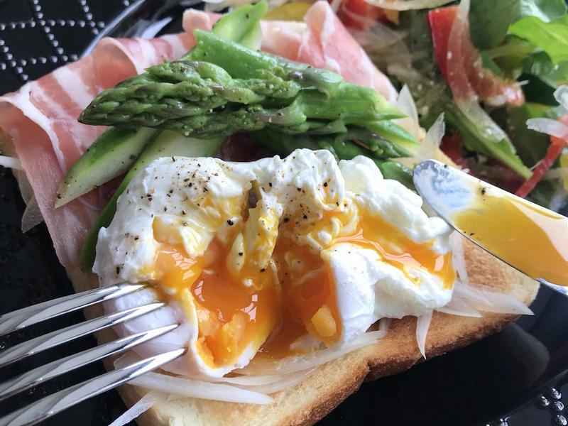 水波蛋和蘆筍生火腿的美味開放式三明治