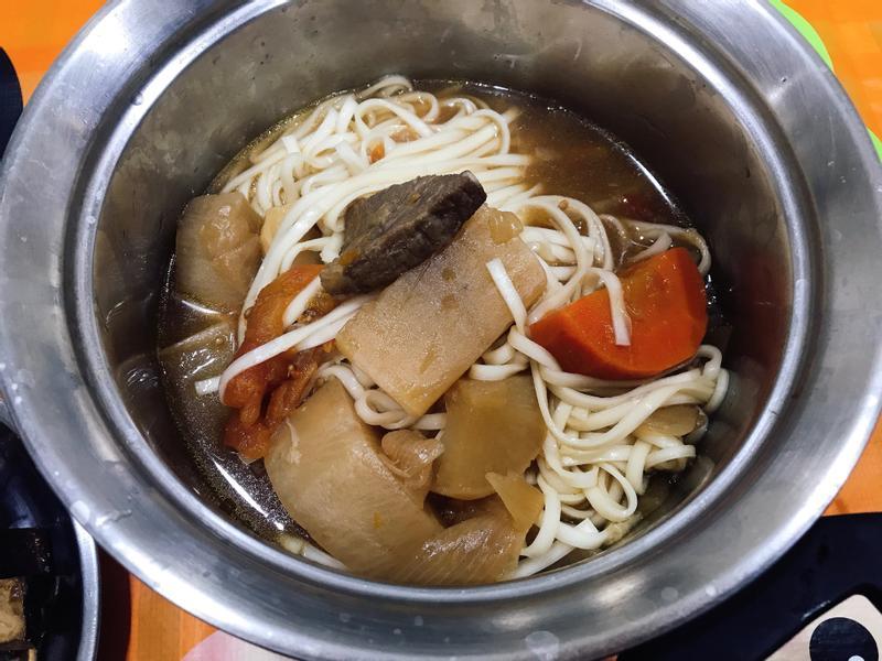 紅燒豬肉麵(蔬菜:紅白蘿蔔、洋蔥、番茄)