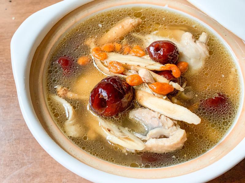 來碗熱湯吧-人參 枸杞 紅棗 黃耆 雞湯