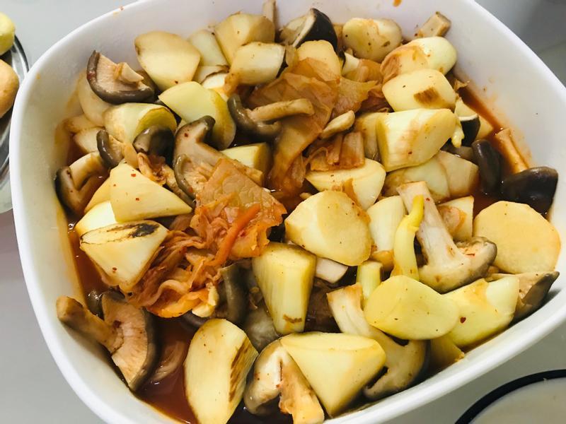 辣辣的:韓式泡菜皎白筍菇菇煮