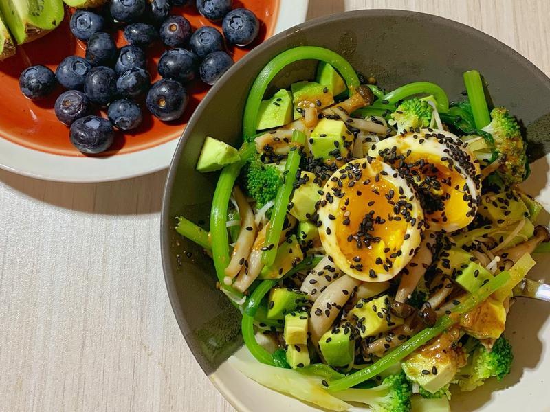 改良版鸡蛋牛油果蔬菜沙拉