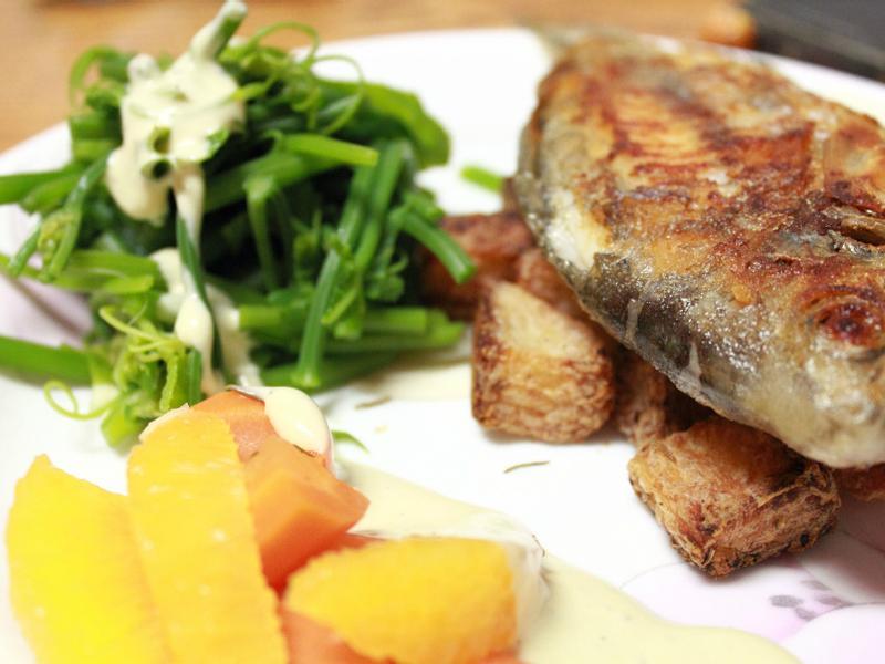 煎魚和烤馬鈴薯