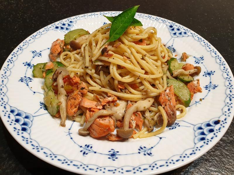 橄欖油清炒鮭魚菇菇義大利麵