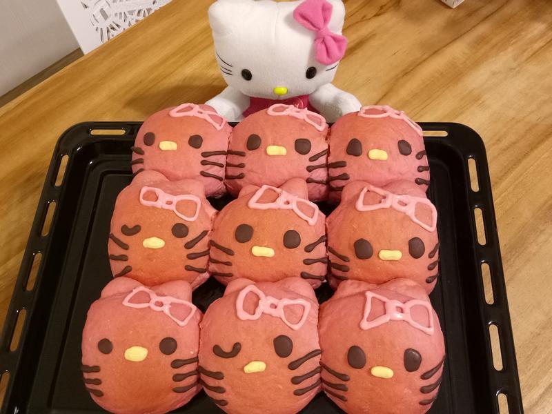 Hello Kitty(甜菜根麵包)