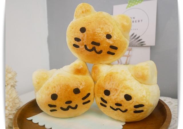 好好吃「葡萄奶酥麵包」三隻小貓真可愛♡