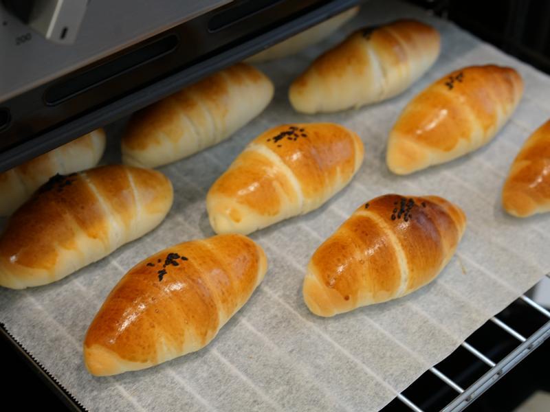 黑芝麻麵包捲。使用手揉麵團!