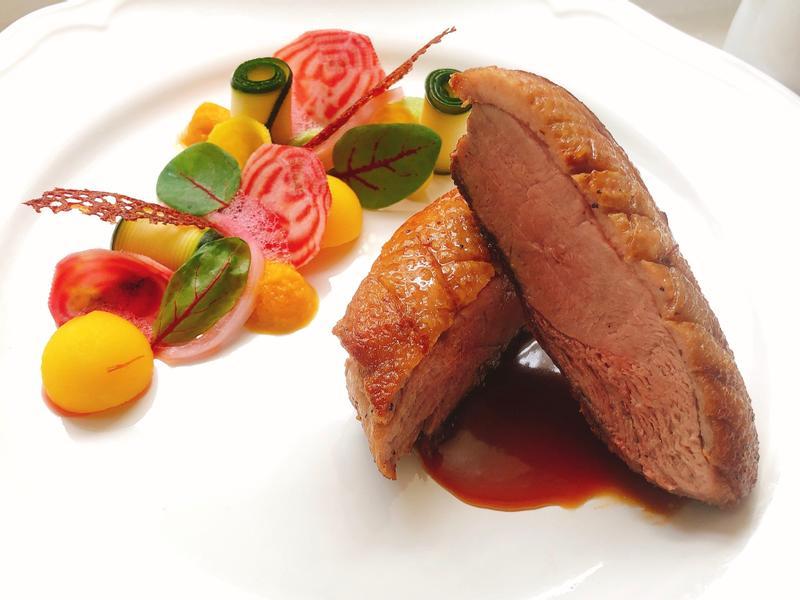 醬油味噌焦糖鴨胸佐醃漬甜菜根番紅花馬鈴薯