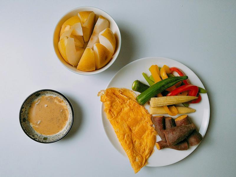 鮮蔬沙拉佐胡麻醬、起司蛋、水梨