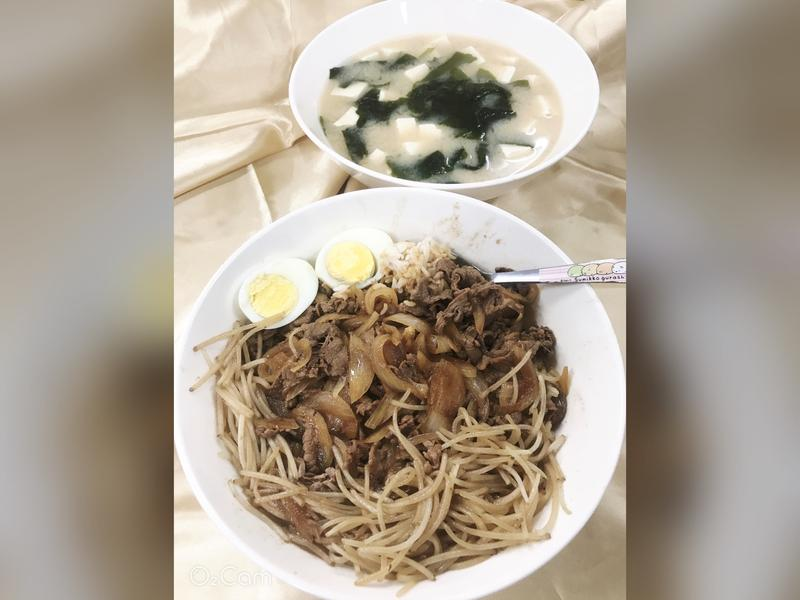 牛肉丼飯附海帶豆腐味噌湯