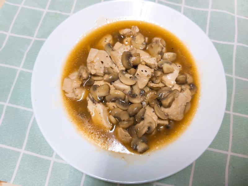 黑胡椒蘑菇香嫩雞丁🥘