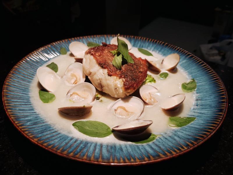 香煎鱸魚佐蒜頭蛤蜊湯
