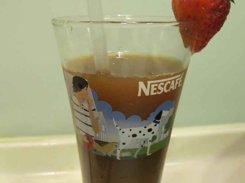 《草莓就愛鷹牌煉奶》煉奶咖啡佐草莓