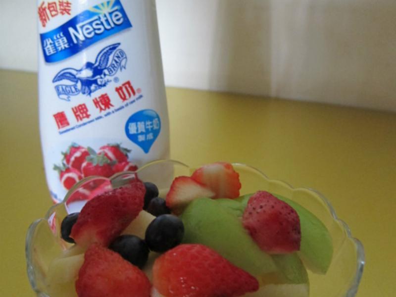 《草莓就愛鷹牌煉奶》莓果煉奶沙拉