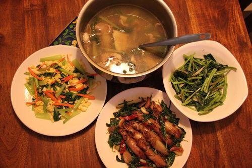青炒青江菜胡蘿蔔蛋、三杯(塔香)小卷、地瓜葉、麻油當歸生薑羊肉黃耆枸杞湯