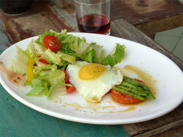 米蘭式煎蘆筍配太陽蛋及花園沙拉(初榨橄欖油食譜)