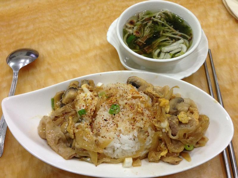 日式豬肉丼飯+黃金菇魚麵海菜湯