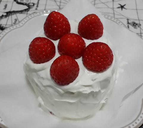 拙拙粉可愛的草莓鮮奶油戚風蛋糕