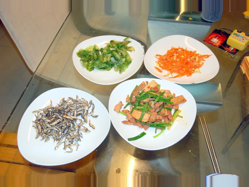 酥炸小魚乾+炒青菜+蔥炒鹹豬肉+蘿蔔炒蛋