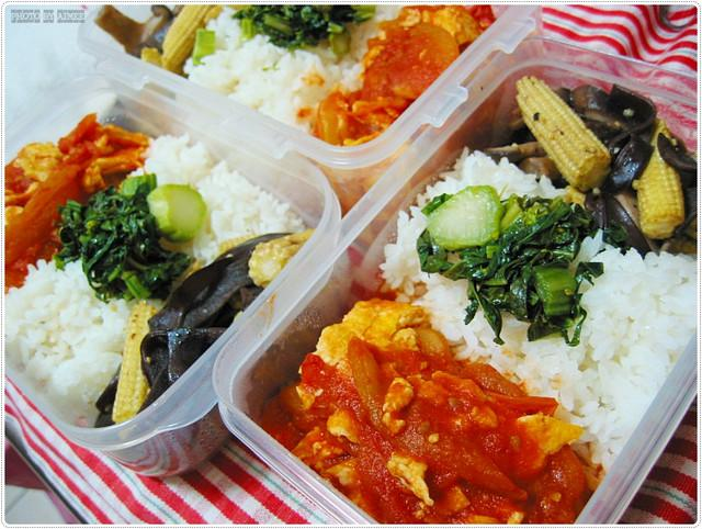 三菜便當・番茄炒蛋+輕炒玉米筍佐木耳+開胃小品衝菜