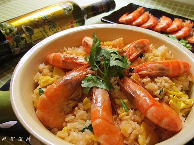 蒜爆鮮蝦蛋炒飯。泰山橄欖油