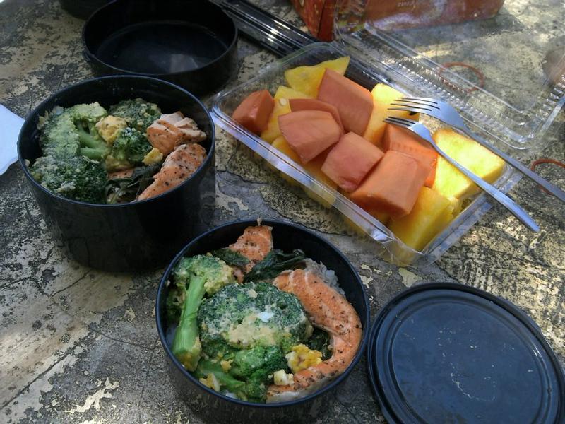 野餐便當!義大利香料煎鮭魚&金沙花椰菜