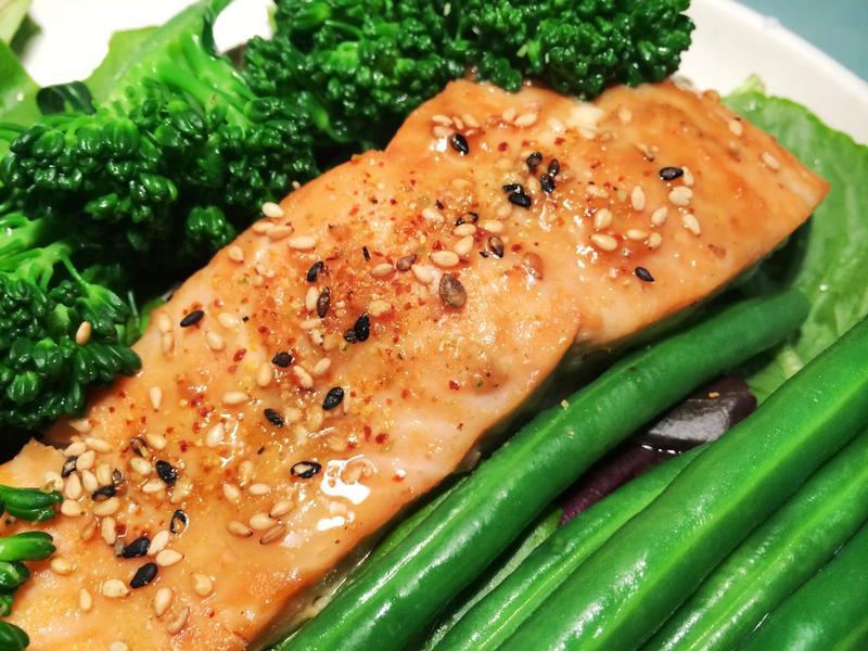 日式蜂蜜燒肉醬烤鮭魚熱沙拉
