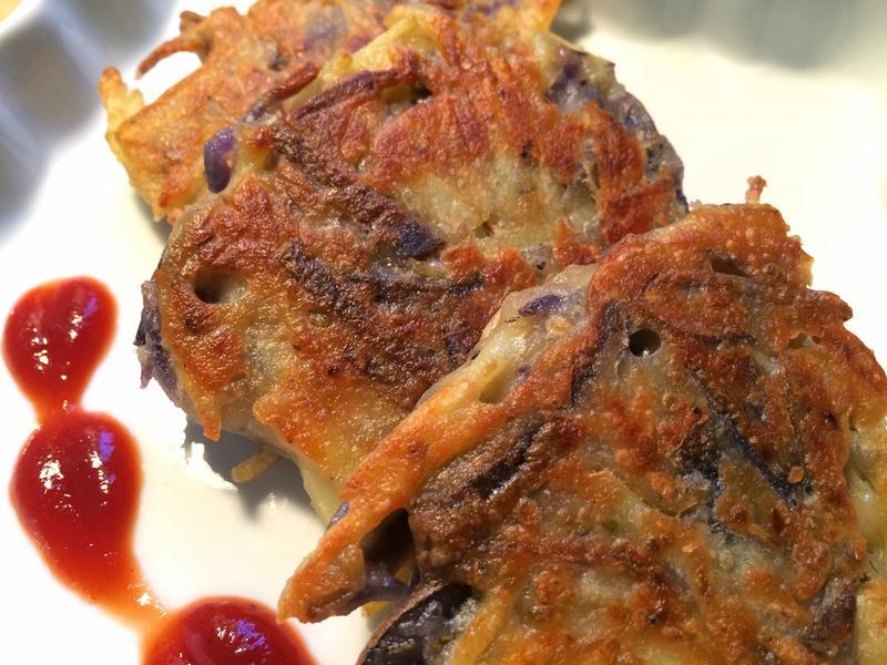 彩色小馬鈴薯做的馬鈴薯煎餅