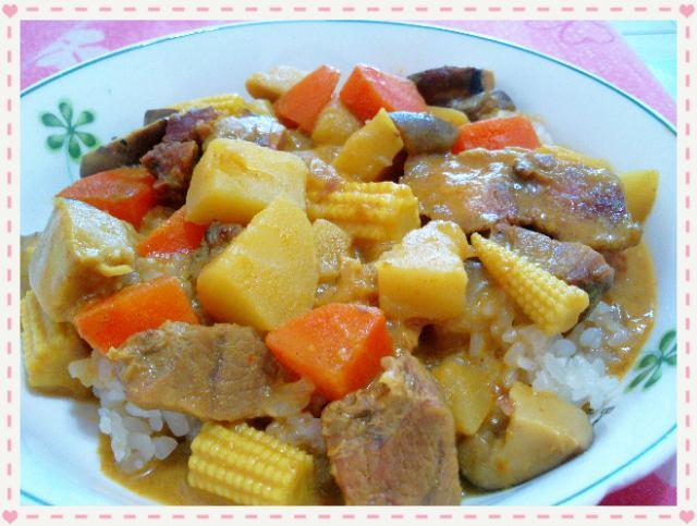 南洋燒烤豬肉咖哩~是糯米飯喔!!